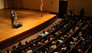 Ken Burns speaks with students in Terry Concert Hall.